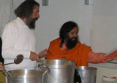 2006 Centenary Feier    Yogacharya Peter van Breukelen und Paramahamsa Prajnanananda bei der Essensausgabe